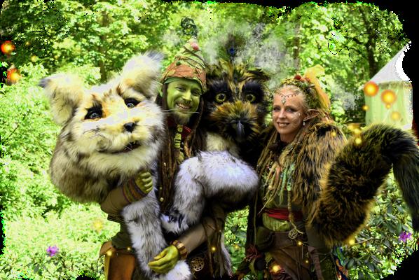 Puppen- und Figurentheater. Große flauschige Schulterpuppen erwecken zum Leben durch die Elfe Sorgenfrei und Troll Trolly. Kuno der Kund ist das Zauberwaldhaustier von Troll Trolly, während die Elfesorgenfrei einen sogennanten Schladler besitzt, Emma.