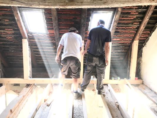 Wiederinstandsetzung der alten Decken und des Dachstuhls