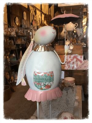Osterhase, groß, Shabby Chic, Vintage, Landhaus Dekoration, rosa weiß, Schirm, nostalgisch, Scheune, Dekoration, Frau, Landhausdeko