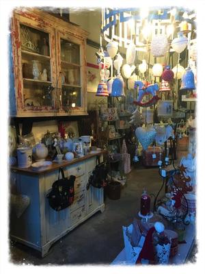 Laden. Geschäft, Dekoartikel, Rucksack, Lampe, Kerzenhalter, Teelichthalter, Weihnachtskugeln, Schaukelpferd, Glocke, Gardinen, Weihnachtsmann