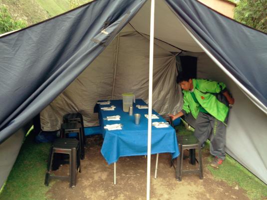 Nach jedem Lauf wartete schon ein trockenes Zelt mit einem gedeckten Tisch