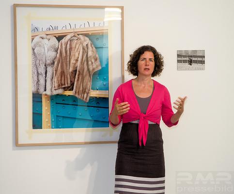 Dr. Christina Leber erlärt Herstellungstechniken der Kunstobjekte von Rudolf Bonvie und Astrid Klein © Fpics.de/Friedhelm Herr