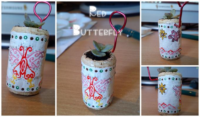 Vasetto 'Red Butterfly', non disponibile ma riproducibile su richiesta, ha un appendino sul retro in metallo colorato. 10*