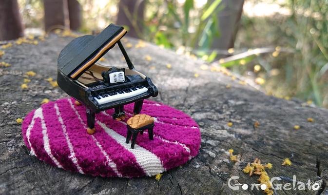 Miniatura di pianoforte con sgabellino, su base di legno rivestita 🎼 La base misura 8x5 cm, il piano circa 2,5 x 3 cm e alto 1,5 cm, lo sgabellino 1 cm. Richiesto su commissione 😍 - 25*