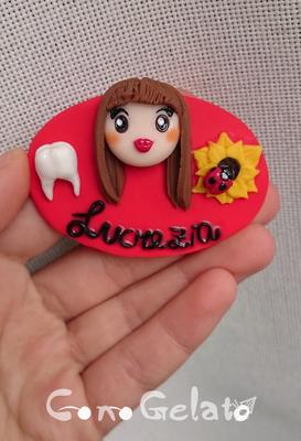 Spilla da assistente alla poltrona del dentista 'Lucrezia', 6x4 cm - 14*
