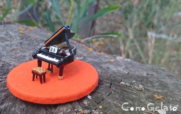 Miniatura di pianoforte con sgabellino, su base di legno rivestita 🎼 La base misura 7x7 cm, il piano circa 2,5 x 3 cm e alto 1,5 cm, lo sgabellino 1 cm. Richiesto su commissione 😍 - 25*