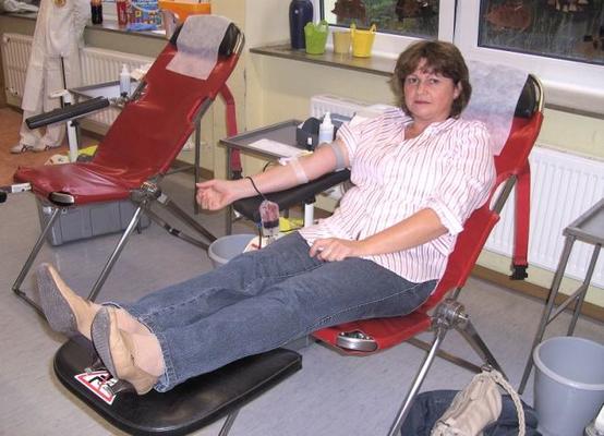 Die 15.000 Spenderin bei der Blutentnahme