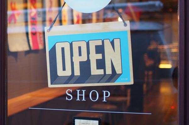 Der mobile Sektempfang von Fräulein GLYCK ist buchbar für Ladeneröffnungen