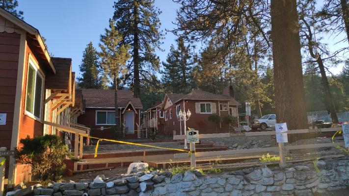 Grand Pine Cabin mit Baustelle
