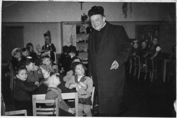 propst Hülsmann im neueröffneten Kindergarten. Foto eingesandt von Norbert Schild