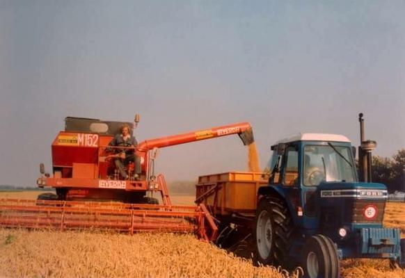 Ford Traktor mit Laverda Mähdrescher