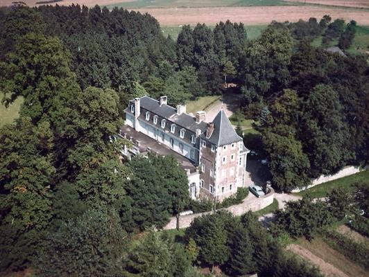 Château de Fraineux  A une tour ancienne a été greffé un corps de logis en briques au 18e siècle. Les armoiries du fronton ont été effacées. Par contre, dans la façade, une pierre encastrée porte le millésime 1664, aux armes du seigneur de Fraineux. Un be