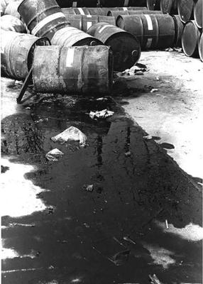 Auslaufende Agent-Orange-Fässer am 29. Dezember 1971 auf dem Flughafen Da Nang.  (Foto Carmichael Journal 1972).