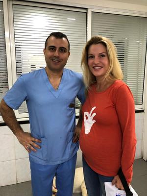 Dr. Elias Nicolas in der Animal House Tierklinik in Beirut und Nina Asseily (kurz vorm 8. Monat). Wir konnten mit Ihren Spenden hier insgesamt Rechnungen über 1.500 USD begleichen.