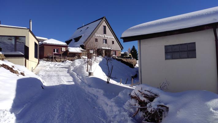 Aussenansicht mit Zufahrt Gasthaus Bergsonne Winter