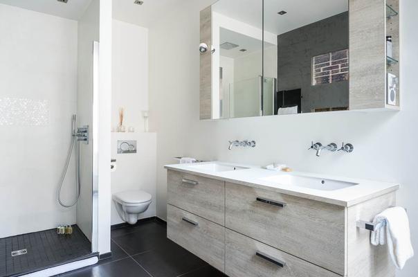 douche à l'italienne, salle de douche avec meuble suspendu, harmonie verre et esprit marbre, douche à l'italienne, Appartement haussmanien, Paris 17ème