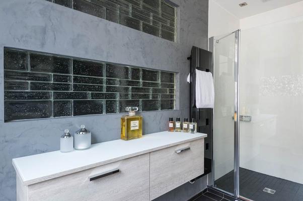 douche à l'italienne, salle de bains, carreaux de verre, briques de verre, meuble suspendu, marbre et verre, Appartement haussmanien, Paris 17ème