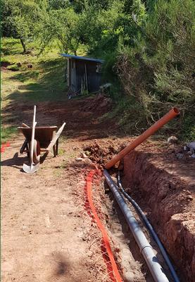 Mit Bollensteinen haben wir die Leitungen zugegraben,...