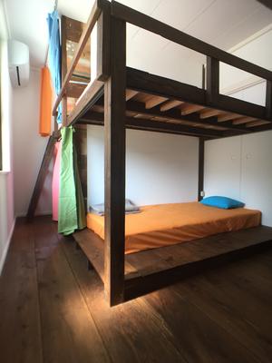 ベッドは、柱や壁にしっかり固定してあるので、男性が乗ってもガタつきはありません。(⌒∇⌒)