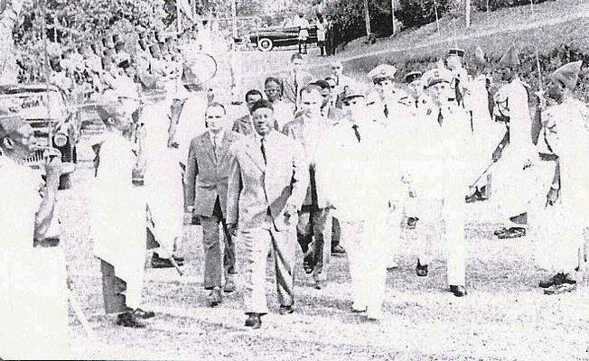 Le Premier ministre Mbida et le Haut commissaire Ramadier