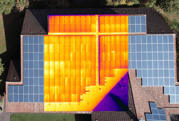 Überprüfung von Photovoltaikanlage mit Wärmebildkamera und Drohne.
