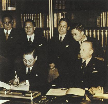 El Embajador Extraordinario y Plenipotenciario del Imperio del Japón, el Vizconde Kintomo Mushanokōji y el Ministro de Asuntos Exteriores de la Alemania nazi Joachim von Ribbentrop firmando el Pacto Antikomintern en Berlín.