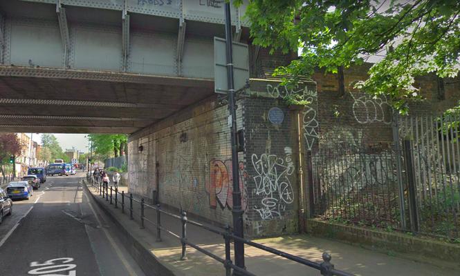 La placa en el lugar donde cayó el primer misil V1 el 13 de junio de 1944 está en el puente del ferrocarril de Grove Road en Londres, metro Mile End.
