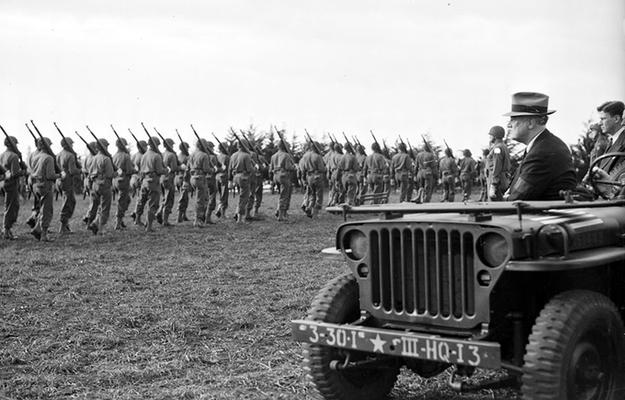 El presidente de Estados Unidos, El presidente de Estados Unidos, Franklin D. Roosevelt, pasa revista a los soldados durante su visita a Casablanca, enero de 1943. WWII Pictures