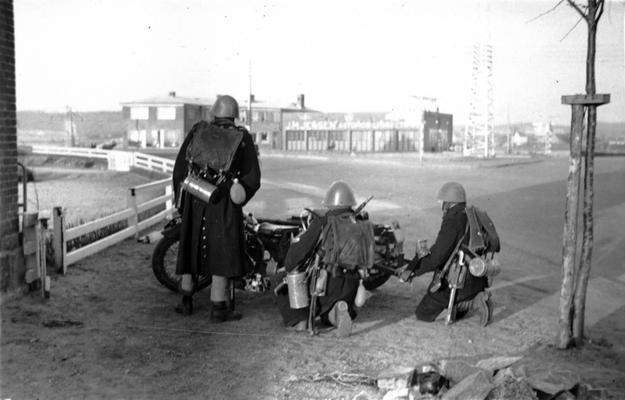 Soldados daneses junto a un cañón antitanque, en las primeras horas de la invasión.