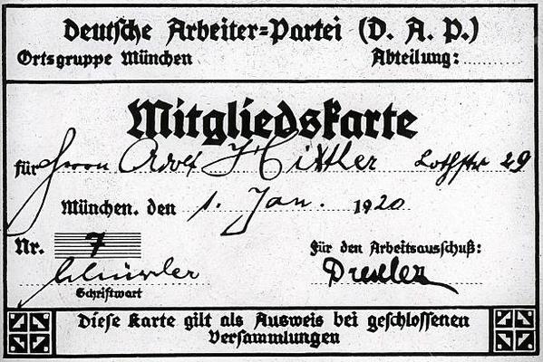 Carnet de socio falsificado de Adolf Hitler con el número 7, cuando en realidad era el socio 55 (555). El Partido Alemán de los Trabajadores empezó a contar desde el número 500.