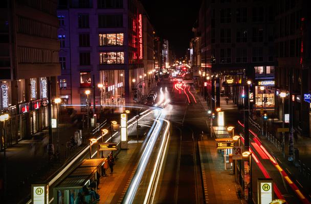 Die Berliner Friedrichstraße bei Nacht
