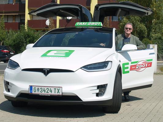 Manfred Breschan mit seinem brandneuen Tesla Model X