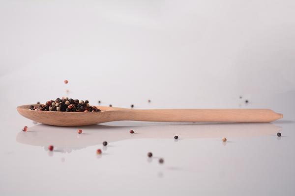 "Produktfotografie ""Pepper Spoon in use"" von Kim, 2. Klasse Grafikdesign."