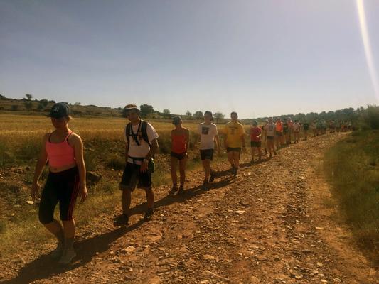 Este año en Camino Abierto van 70 chic@s además de monitores. Siempre algún líder que abre camino. En fila y en silencio.