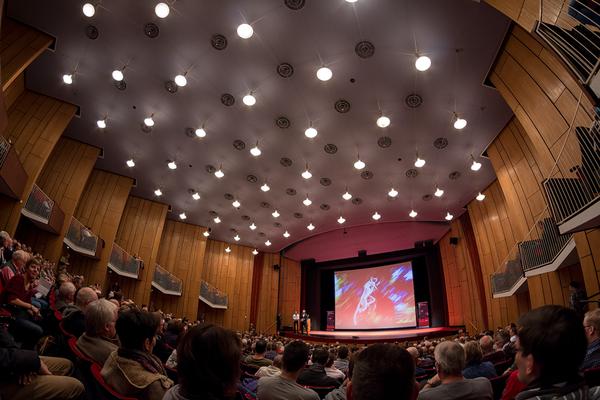Der Theatersaal im Heinz-Hilpert-Theater war Ort der Vorträge