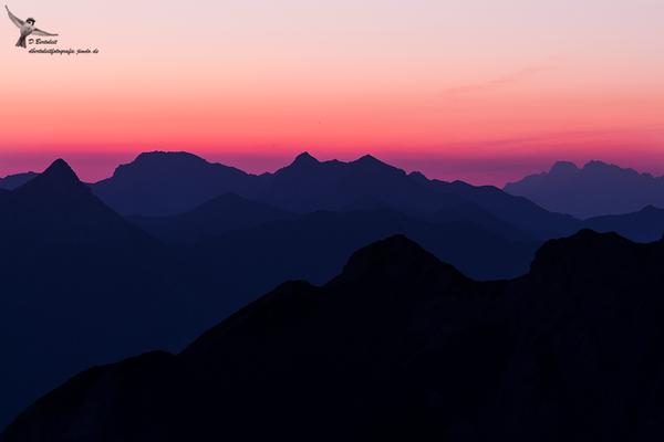 Kurz vor Sonnenaufgang färbte sich alles in Rot- und Blautöne