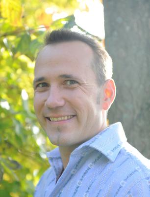 Pascal Bucher berät die Alphornspieler