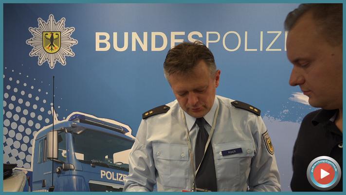 Ins Detail vertieft - Guido Koch Polizeioberrat der Bundespolizei und Michael Karasjew #bundespolizei