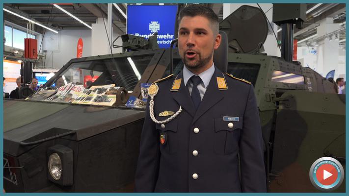 Mit vollem Engagament - HptFw Christian Haufe, Karriereberater der Bundeswehr auf der IAA 2015 #bundeswehr