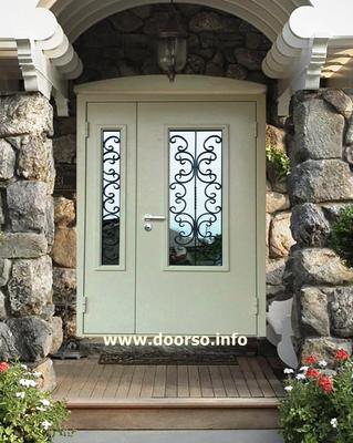 Металлические двери с элементами ковки  и стеклом.