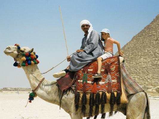Anna vor den Pyramiden - Ägypten