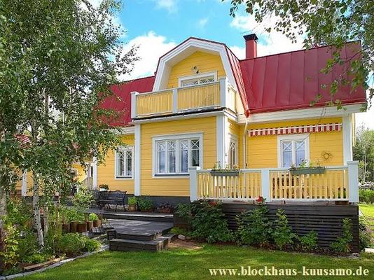 Gelber Außenanstrich eines Holzhauses in Blockbauweise