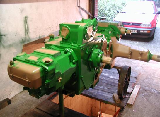 Nach der Grundierung wurde es grün. In der engen Garage wurden die Einzelteile unter Platzmangel gesäubert und lackiert.