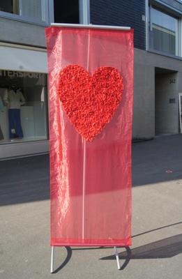 """1 Hängebanner """"Love"""" aus Stoff mit Rosenblätter-Herz (rot und weiss erhältlich) > Fr. 25.–/Stk."""