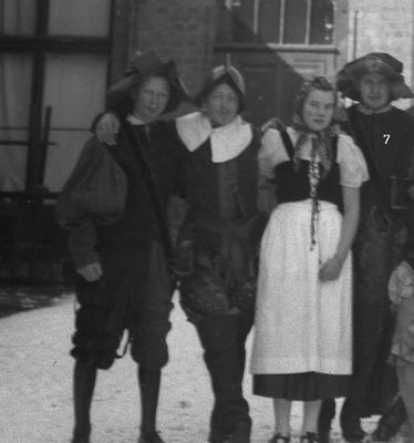 """Aufführung """"Wallensteins Lager"""" zum Abschluss eines Mittelschul-Jahrganges in Beverungen, u.a. Hans Könecke, Günter Pawlik, Frl. Sommer und Hans-Joachim Weiß"""