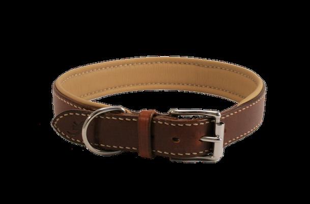 Weich unterlegtes Halsband / Größe: XXL / Breite: 3,0 cm / D-Ring Position: neben der Schnalle / Farbe Oberleder: Saddle Tan/Orangebraun / Farbe Unterleder: 14 Beige / Farbe Naht: Weiß / Verzierung: - / Preis: € 86,-