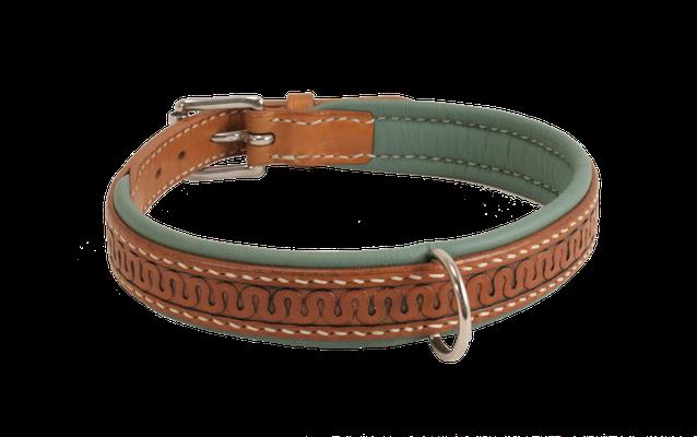 Weich unterlegtes Halsband / Größe: L / Breite: 2,0 cm / D-Ring Position: gegenüber der Schnalle / Farbe Oberleder: Natur/nicht gefärbt / Farbe Unterleder: 7 Türkis / Farbe Naht: Weiß / Verzierung: BL2 (Sonderfarbe Hiliter, bei Bemerkungen einfügen) / Pre