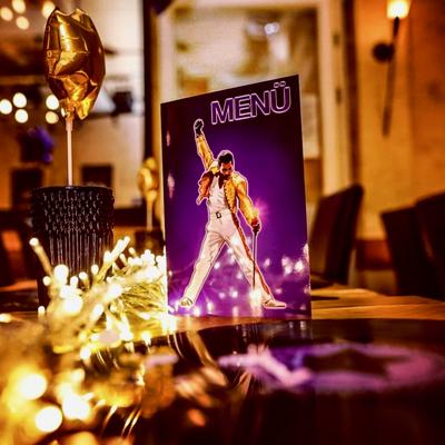 Tischdeko mit Freddie-Symbol - wie schon auf den Einladungen