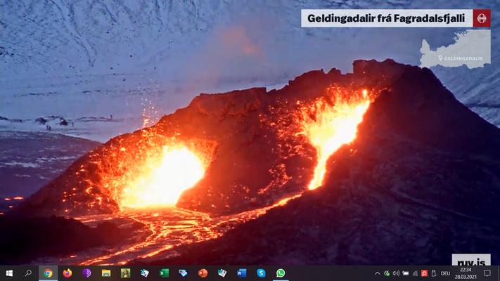 Beide Krater liefern ergiebig Lava. Es fließen ca. 5 m3 pro Sekunde.
