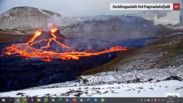 Im Laufe der folgenden Tage ist der nordwestliche Krater stark gewachsen. Die Lava fließt jetzt südlich das Tal hinunter (26.3.2021)